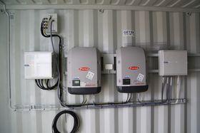 I november 2015 sendte Getek et ferdig teknisk rom i en container til Troll. Demoanlegget på taket ble montert av og driftes av to ansatte, som ble kurset av Getek i fjor høst. Her er inverterne.