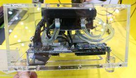Her ser vi EN980s innmat med radiator, vifte, slanger og kjøleblokker til CPU og GPU.