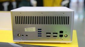 Datamaskinen er utstyrt med to LAN-porter og fire skjermutganger; 2 HDMI 2.0 og 2 DisplayPort 1.2. Vi legger også merke til at det er to innganger for strøm.