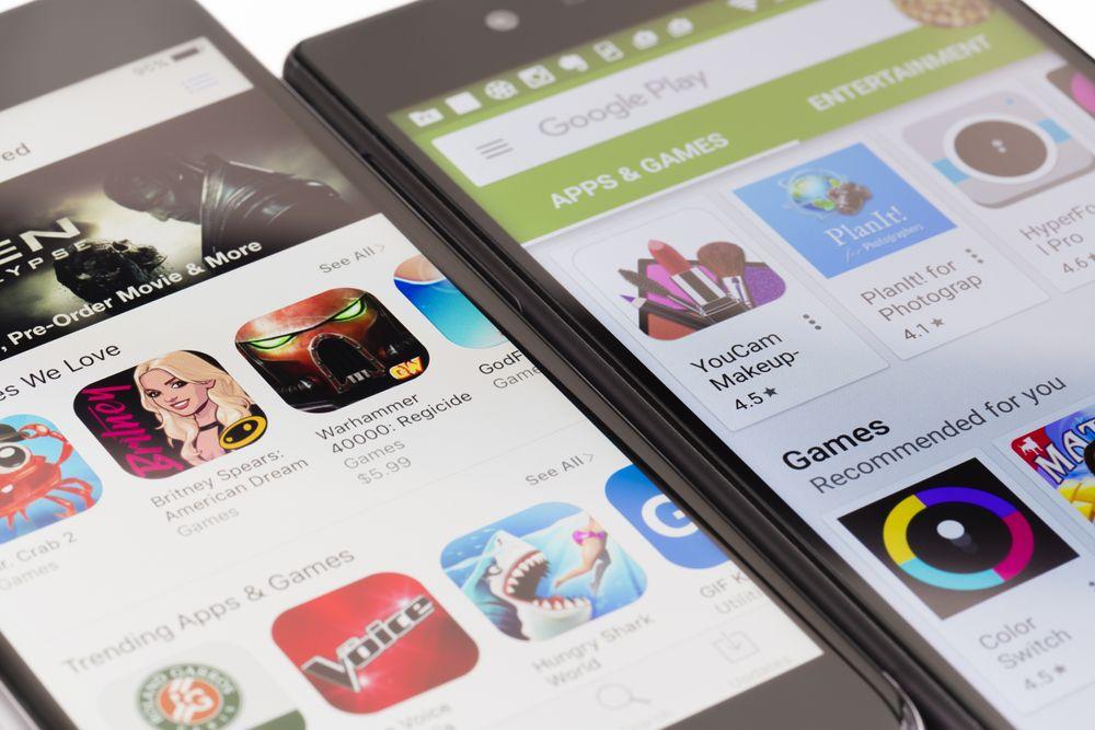 iPhone med App Store og Android-mobil med Google Play.