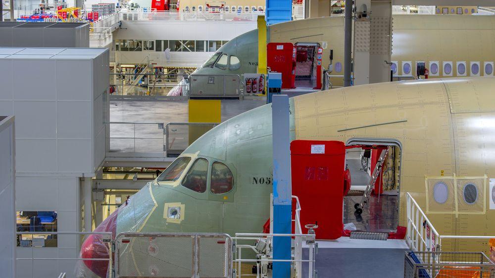 A350 XWB på sluttmonteringsfabrikken i Toulouse. Så langt i år har Airbus kun levert ni fly. Etter planen skal de lage ti hver måned om kun to år.