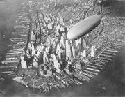 Luftskipet USS Akron flyr over Manhattan på tidlig 1930-tall.