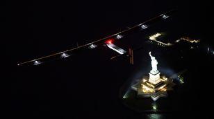 Solcelleflyet passerer frihetsgudinnen og lander i New York