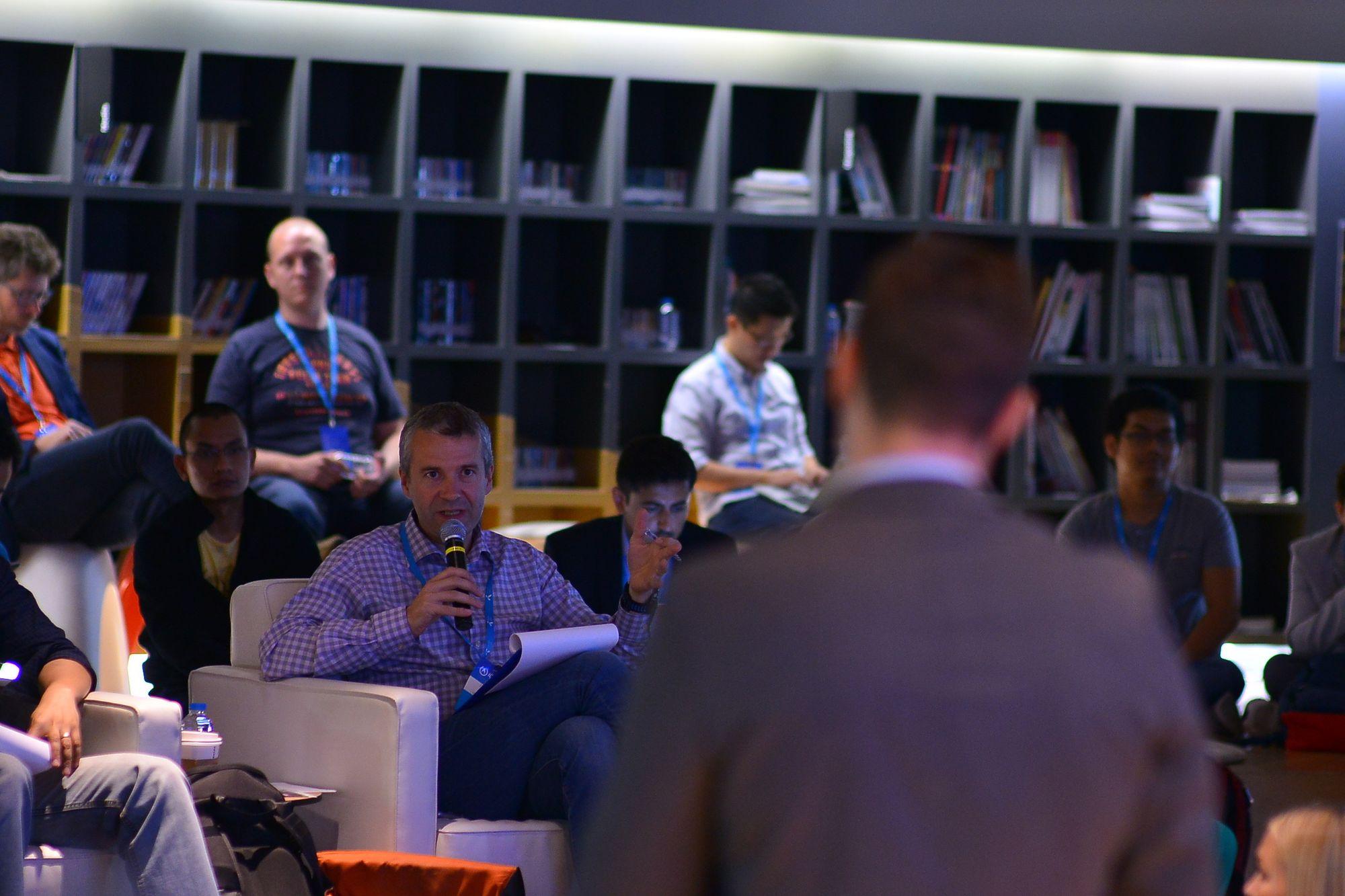 Telenors leder for produkt og innovasjon, Gunnar Sellæg, deltar her i juryen som sendte Heidi Berg videre.