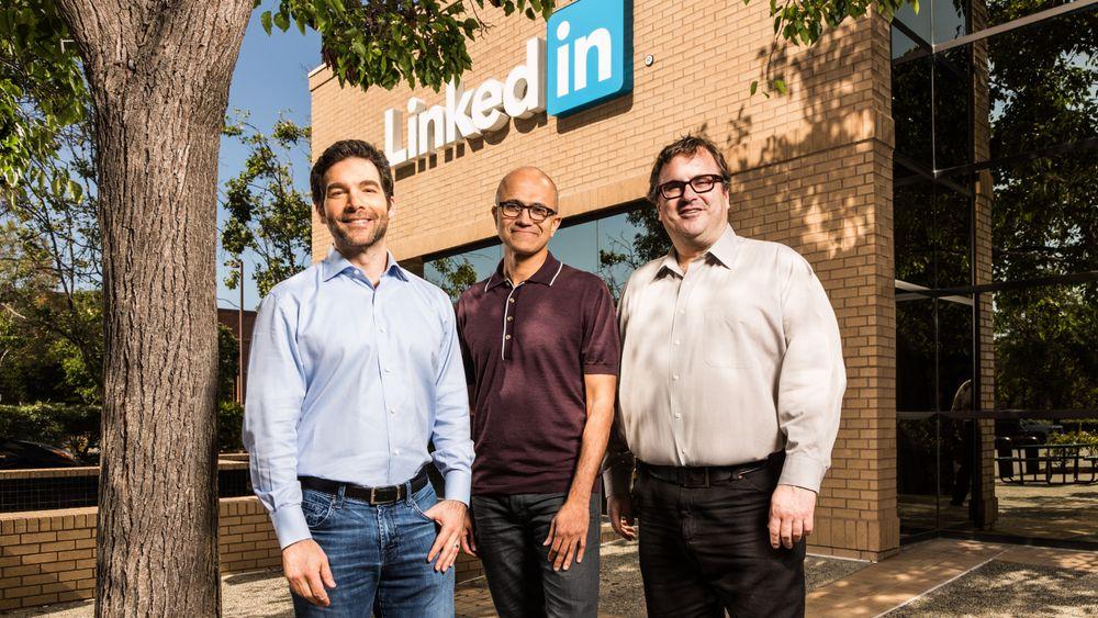 LinkedIn-sjef (fra v.) Jeff Weiner, Microsofts toppsjef Satya Nadella og LinkedIn-styreleder Reid Hoffman.
