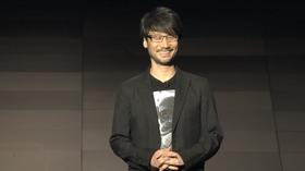 En strålende fornøyd Kojima tar i mot applaus fra Sonys E3-scene.