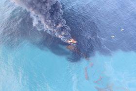 Det er utfordrende å tenne på den tykke oljen når den ligger på sjøen. Det må mye varme til for å omdanne oljen til brennbar gass (oljedamp). .