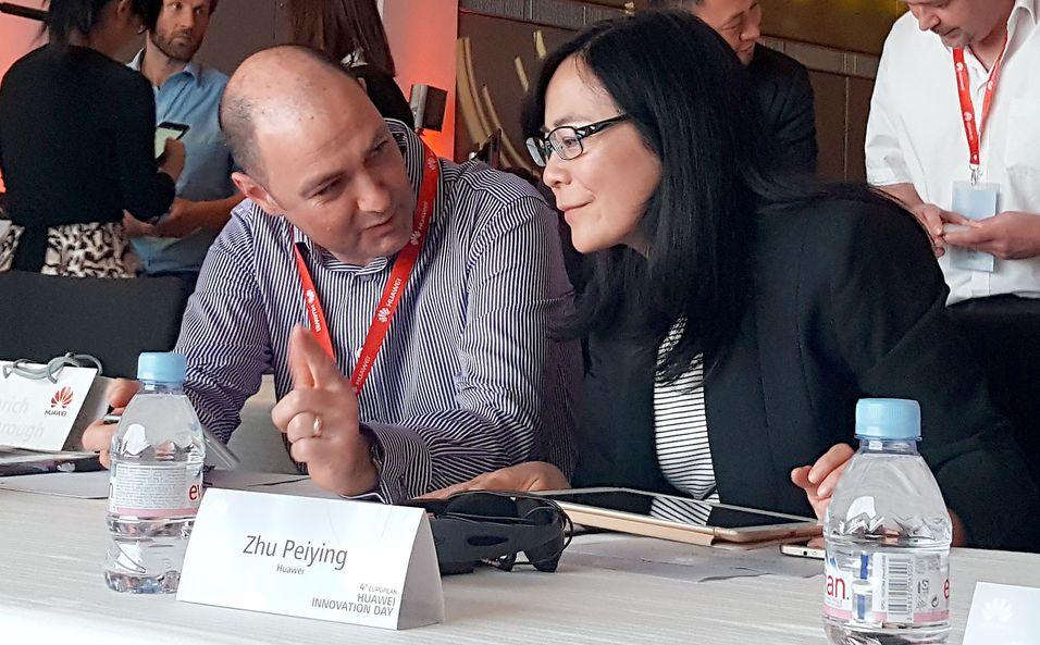 Forskningssjef Luke Ibbetson i Vodafone, her i samtale med Huaweis 5G-leder Zhu Peiying under et seminar i Paris.