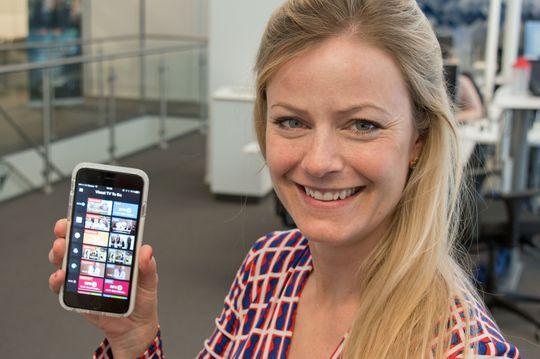 Karin Bonde viser frem den nyoppussede Viasat-appen for mobil og nettbrett.