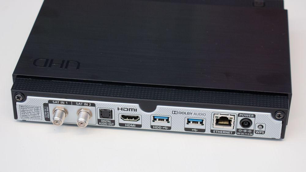 Her ser du hva slags tilkoblinger dekoderen har å by på. I tillegg har den innebygget mottak for trådløst nett.