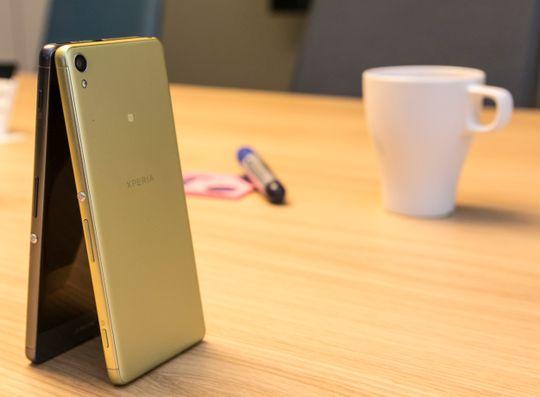 Sony Xperia XA er en telefon som tar seg veldig pent ut i de fleste sammenhenger. Den kommer både i svart og mer lekne farger, som den limegrønne vi har med her. Hadde det enda vært så vel med ytelsen.