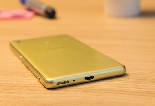 Sony holder stadig på micro-USB-porten i bunnen av telefonen. Stadig flere skifter til nye USB type-C, som ikke kan settes inn feil vei.