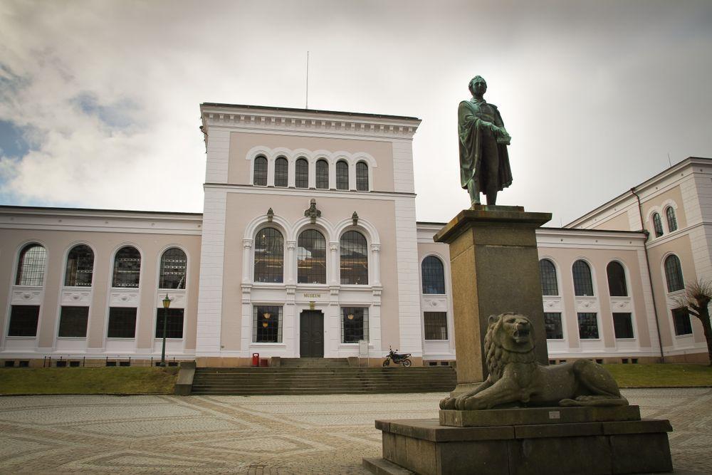 Ved Universitetet i Bergen har folk tatt doktorgrader uten å ha hatt ett eneste studiepoeng i sikkerhet. - Det må det bli slutt på sier, UiB-professor til digi.no.