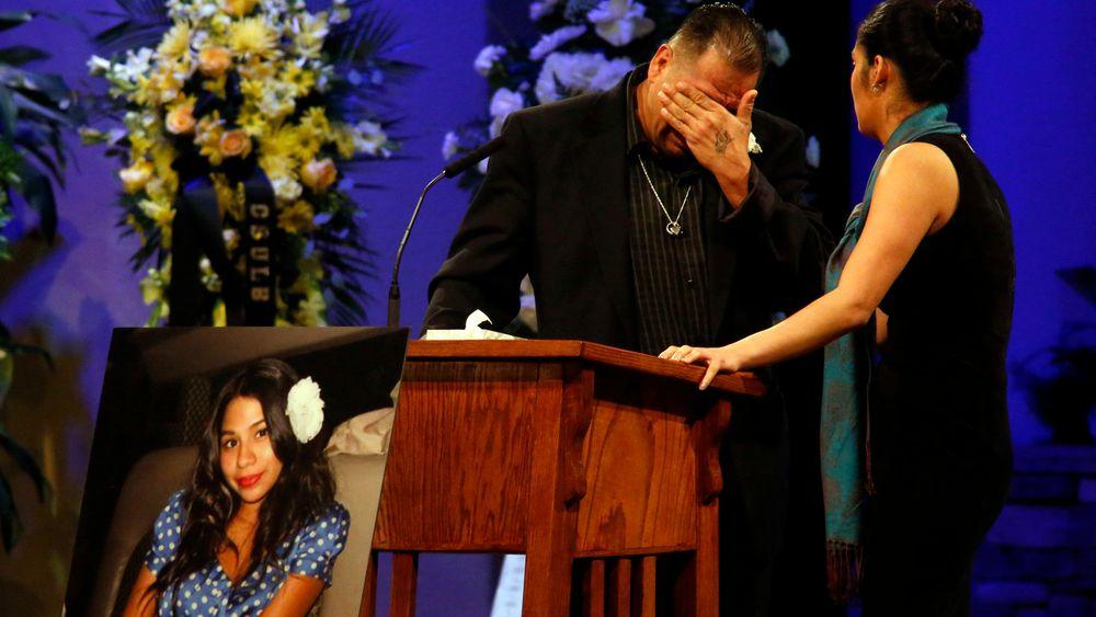 Reynaldo Gonzalez bryter sammen under begravelsen til sin datter Nohemi Gonzalez, som ble drept under terrorangrepene i Paris sist november. Nå anlegger han søksmål mot Twitter, Facebook og Google.