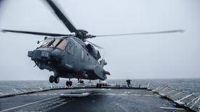 Et CH-148 Cyclone lander på HMCS Halifax i februar i forbindelse med «Ship Helicopter Operating Limits», SHOL-trening.