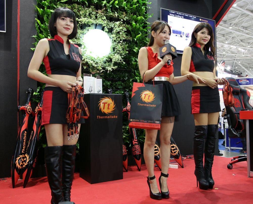 Thermaltake-jentene er som regel spenstig kledd.