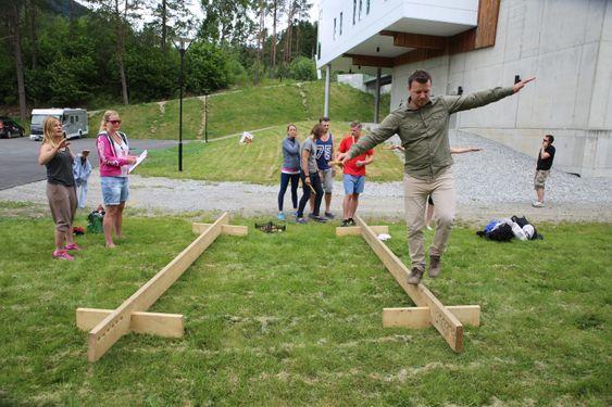 Balansekunst: Johannes Wergeland i Decca går på planken under teambuilding i Voss. Til daglig er han midt i en snuoperasjon i selskapet for å redde inntektene som har falt bort som følge av oljekrisen.