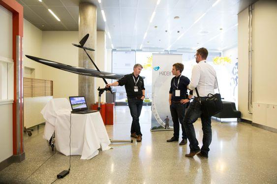 Krasjtester: Kitemill utvikler flyvende vindkraftverk, og skal sette opp sin første permanente flyvende vindturbin på Lista til sommeren. Her er gründer Thomas Hårklaou med den ellevte pilot-turbinen i rekken.