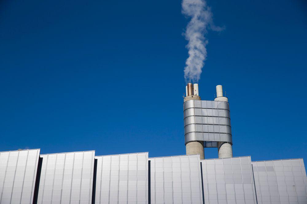 Energigjenvinningsanlegget på Klemetsrud i Oslo er ett av tre industrianlegg i Norge hvor det i løpet av det siste året er gjort testing av CO2-fangst. Teknisk direktør Johnny Stuen i energigjenvinningsetaten mener resultatene er veldig lovende og sier testene har vist at det er mulig å fange 90 prosent av CO2-utslippene fra anlegget.