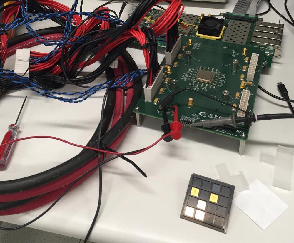 Kilocore-prosessoren til UC Davis (på kretskortet øverst til høyre) skal være den første med tusen uavhengige kjerner.