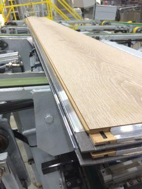 Aluminiumslistene monteres på gulvplankene og pakkes maskinelt.