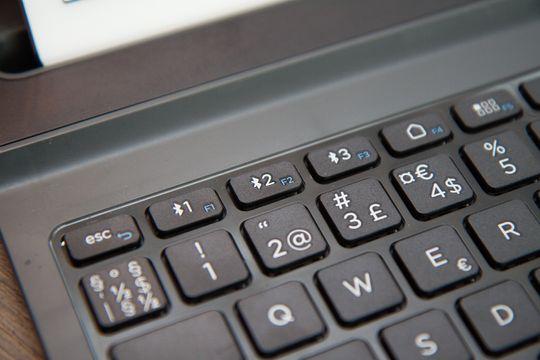 Du veksler mellom tre tilkoblede enheter med Bluetooth-knappene merket 1, 2 og 3.