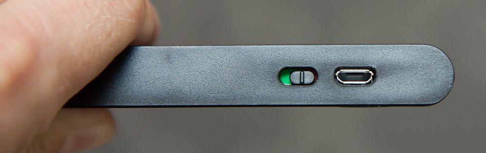 Ladekontakten er en vanlig Micro-USB-kontakt.