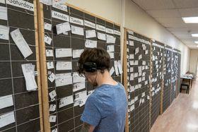 Vi har en plan: Hver eneste av de rundt 1100 scenene henger på en tavle organisert som arbeidsordre i et slags Gant-diagram.