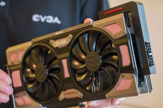 Markedssjef Jan Jonas viser frem EVGAs Power Link. Her sammen med selskapets GTX 1080 Classified.