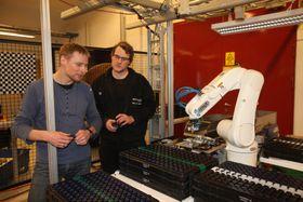 Sebastian Dransfeld og Ådne Solhaug Linnerud ved Sintef Raufoss Manufacturing med prøver fra robotisert produksjon for KA.