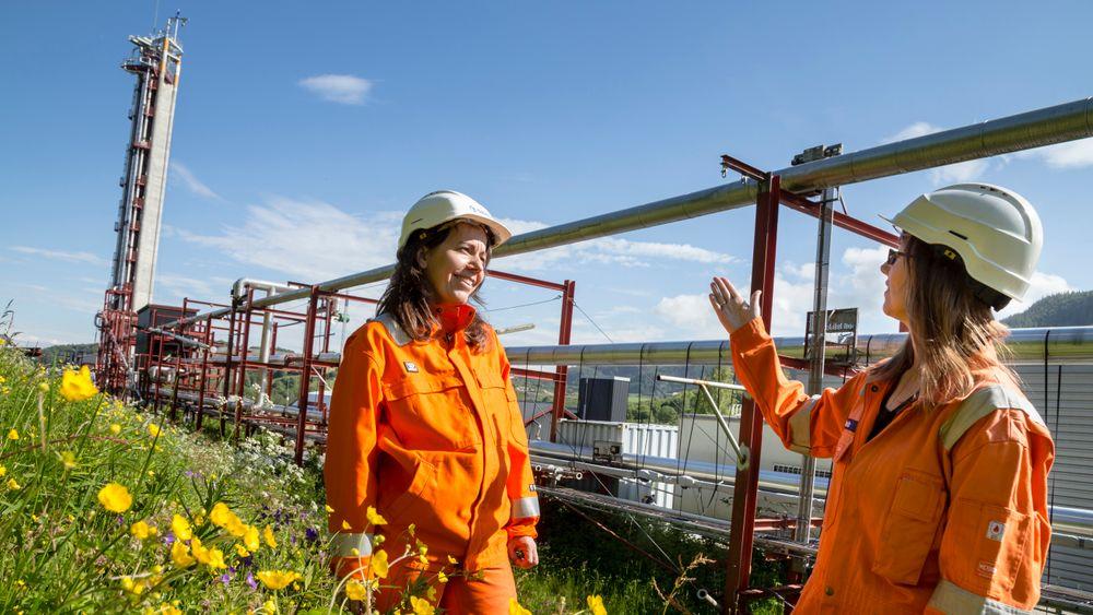 Forsøk i SINTEFs flerfaselaboratorium har gitt ny kunnskap om hvordan naturgass oppfører seg på vei opp fra gassfelt. Sentralt i prosjektet, der Maria Barrio (til v.) og Marita Wolden hadde viktige roller, står målinger som ble gjort i tårnet til venstre på bildet.