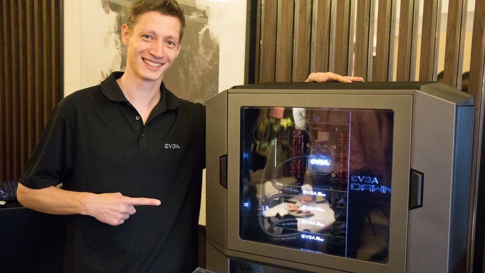 Markedssjef Jan Jonas i EVGA er strålende fornøyd med å få vise frem deres unike DG-87- kabinett under Computex 2016.