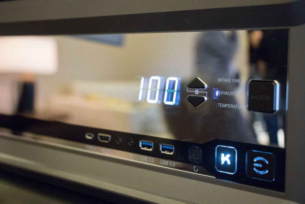 Fra dette panelet på fremsiden kan du justere viftehastigheter, overklokke og sjekke temperaturen. Tilkoblinger for blant annet VR-briller finner du også her.