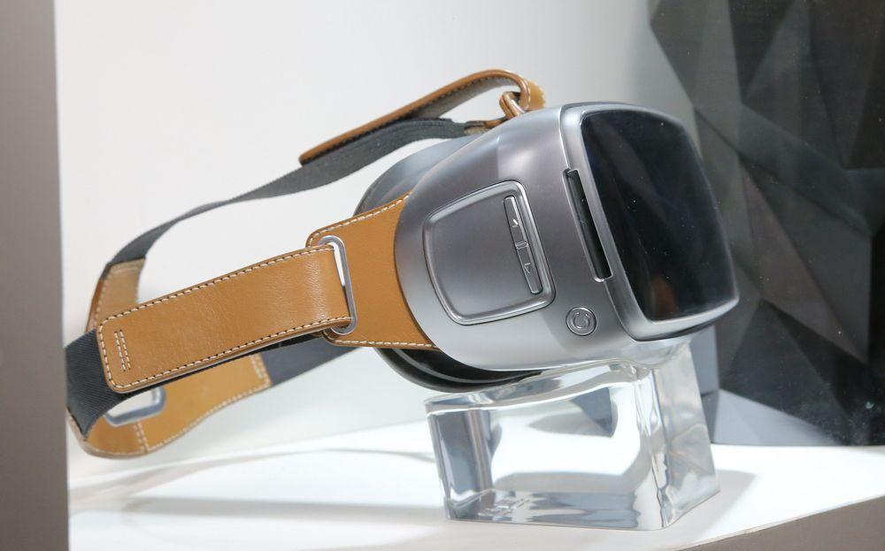 VR var naturligvis stort på årets Computex, og i en monter fant vi denne prototypen fra Asus. Trolig er det snakk om en slags styla VR-brille som slekter på Samsung Gear VR.