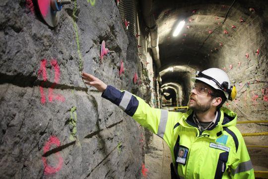 Sprekk: Forskningssjef i Ismo Aaltonen i Posiva viser fram en sprekk i fjellet i forskningstunnelen i Onkalo, hvor atomavfall skal lagres. I nærheten av slike sprekker skal det ikke lagres avfall.