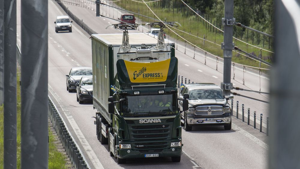 Her mates en hybrid-lastebil med strøm langs prøvestrekningen elväg E16 i Sverige.