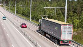 På Elväg E16 er det satt opp stolper med 60 meters mellomrom som holder oppe kjøreledningen.