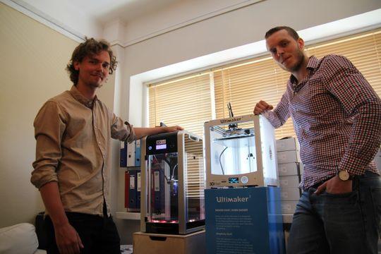 Toppmodeller: Martin Rygh (f.v) ved siden av en 3D-skrivertil rundt 30.000 kroner. Den andre, en Ultimaker, koster rundt 10.000 kroner mindre, men skal visstnok være noe av det hvasseste 3D-gutta har vært borti.