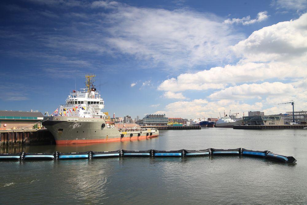 Ocean Cleanup's prototype ble presentert denne uken. Nå skal den testes ut over ett år i Nordsjøen, for å se om den tåler belastningen. Målet er at den skal samle inn plast fra det såkalte «The Great Pacific Garbage Patch», et område i Stillehavet hvor det samles opp enorme mengder søppel.