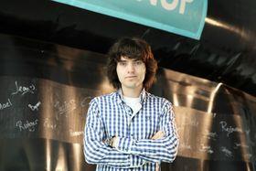 Den 21 år gamle nederlenderen Byan Slat er mannen bak teknologien. Ideen startet ved at han dykket i Hellas, og så mer plastposer enn fisk.