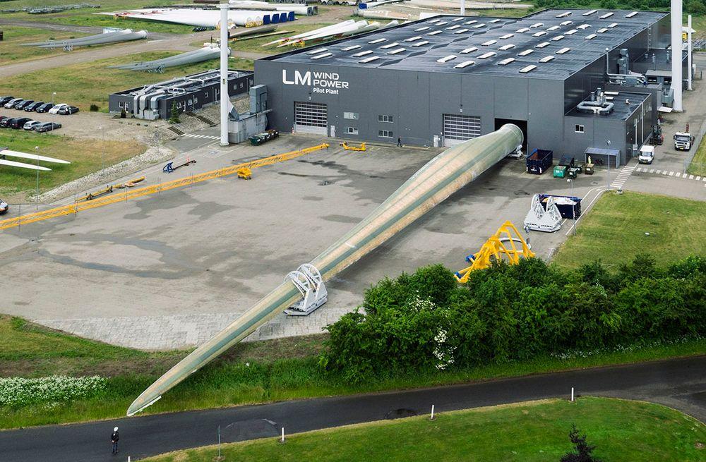 Rotorbladet er 88,4 meter langt og veier 33 tonn. Når hele rotoren står ferdig vil den ha en diameter på 180 meter.