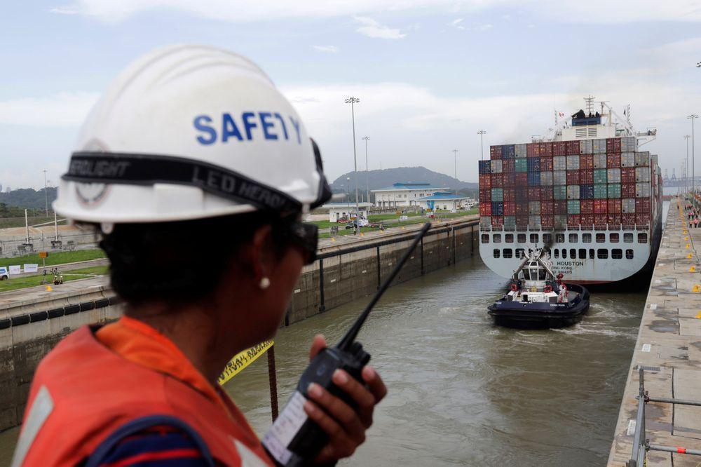Tre skip hr truffet veggen  i den nylig utvidede Panamakanalen, på under én måned.