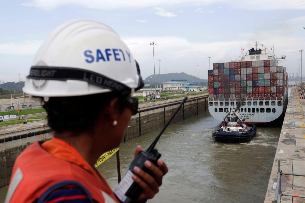 Et konteinerskip tester en av de nye slusene etter ombyggingen og utvidelsen av Panamakanalen.