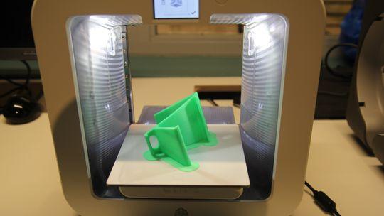 Mobilholder printet på en Cube-maskin vi har i redaksjonen. Prosessen tok i overkant av tre timer.