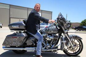 Lidenskap: Roger Antonsens store lidenskap er Harley Davidson-motorsykler. Selv har han spesiallakkert sin med skrekkfigurer.