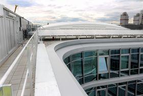 Spesielt tak: Det hvite taket over atriet er ifølge Siemens basert på samme teknologi som taket til Allianz Arena, EFTE (Etylen tetrafluoretylen). Taket er selv-rengjørende. Fra utsiden er taket translusent hvitt, men er gjennomsiktig fra insiden, og slipper dermed inn mye lys.