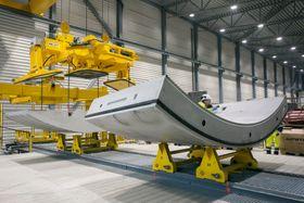 Det er etablert en egen fabrikk på Åsland der betongelementene som skal kle Follobanen produseres.