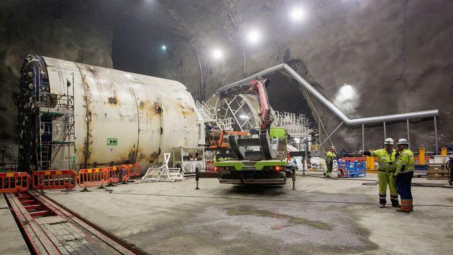 Her monteres tunnelboremaskinene 100 meter under bakken