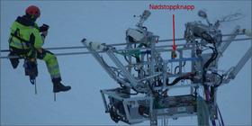 Bildet av linjevognen viser hvor nødstoppknappen er plassert og hvor stor vogna er i forhold til et menneske.
