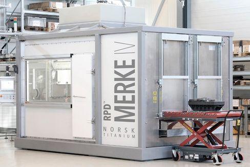 Stort maskineri: Inne i denne boksen, ligger den norskutviklede teknologien som kan bringe en revolusjon til industrier som luftfart og andre som bruker titandeler. Foto: Norsk Titanium